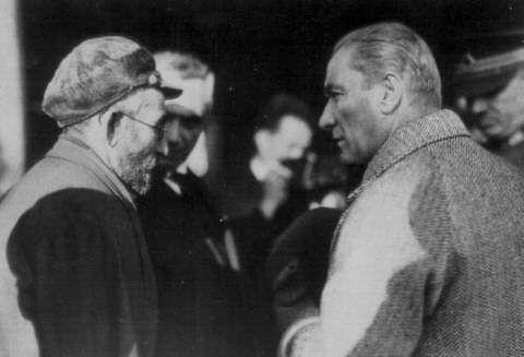 Atatürk dinlerken.